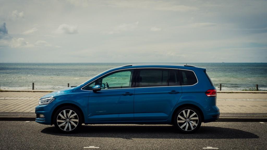 2015-volkswagen-touran-pacific-blue-Zandvoort