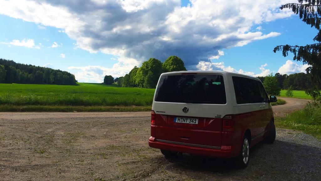 volkswagen-multivan-weiss-rot-t6-schweden-natur